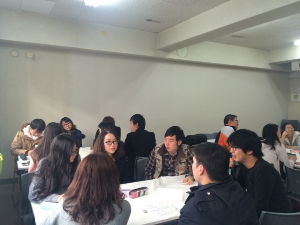 In discussion classes, international students choose themes for discussions that are held with Japanese students.