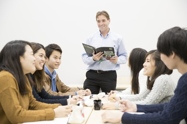 Students can also study business management in English.