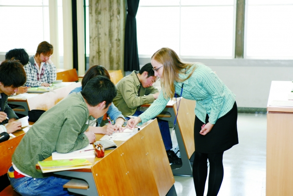 Work practices in small classes are conducted for students who want to acquire more advanced English language proficiency.